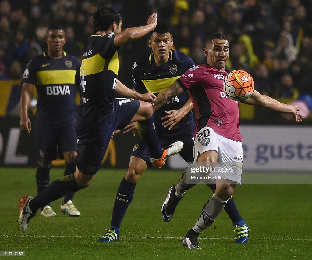 Christian Washington Nuñez of Independiente del Valle controls the ball against Nicolás Lodeiro of Boca Juniors during a second leg match between...