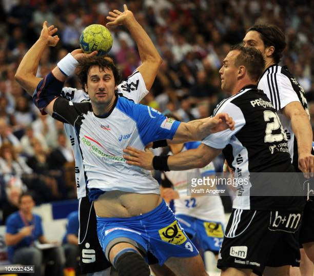 Christian Zeitz of Kiel challenges for the ball with Igor Vori of Hamburg during the Bundesliga match between HSV Hamburg and THW Kiel at the Color...