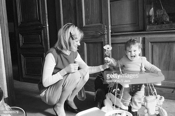 Christine Dassin Widow Of Joe Dassin And Her 2 Children In 1981 FRANCE 1981 Jonathan et Julien les enfants de Joe DASSIN et leur mère Christine dans...