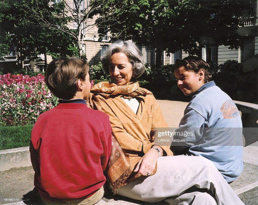 Christine Lagarde With Family. L'avocate française Christine LAGARDE présidente du plus grand cabinet d'avocats américain Baker & Mckenzie : dans un parc avec ses enfants Tom et Pete.