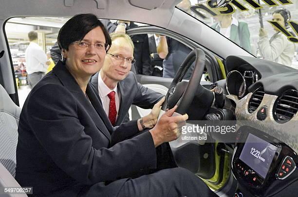 Christine Lieberknecht Ministerpraesidentin Thueringens CDU und Michael Lohscheller Vorstand Finanz Adam Opel AG sitzen in einem Kleinwagen Adam...