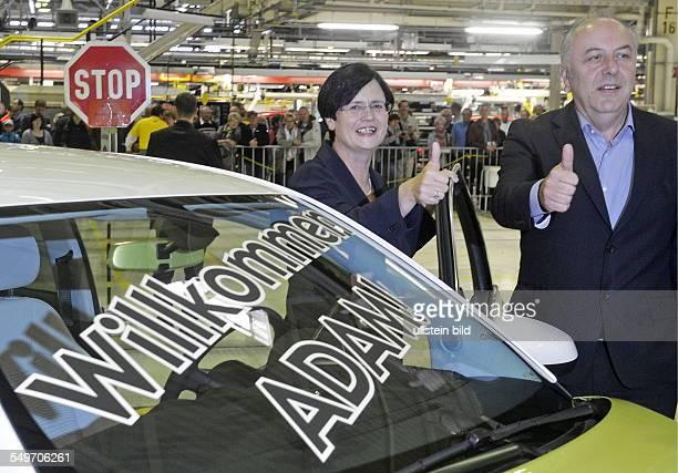 Christine Lieberknecht Ministerpraesidentin Thueringens CDU und Matthias Machnig Wirtschaftminister Thueringens SPD an dem Kleinwagen Adam waehrend...