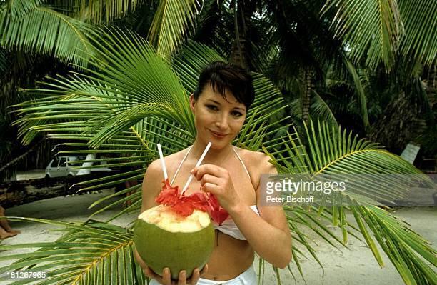 Christine Wodetzky ZDFReihe 'Traumschiff' Folge 6 'Karibik' Karibik Cocktail Urlaub Kokusnuss Getränk Bikini Strand Palmen Schauspielerin Promis...