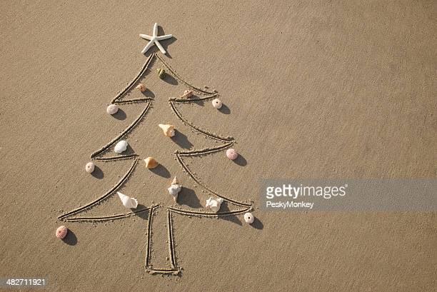 Noël sur la plage arbre décoré avec des coquillages de mer