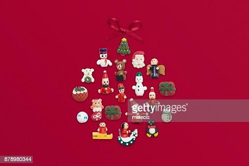 Adorno de Navidad plano pone sobre fondo rojo : Foto de stock