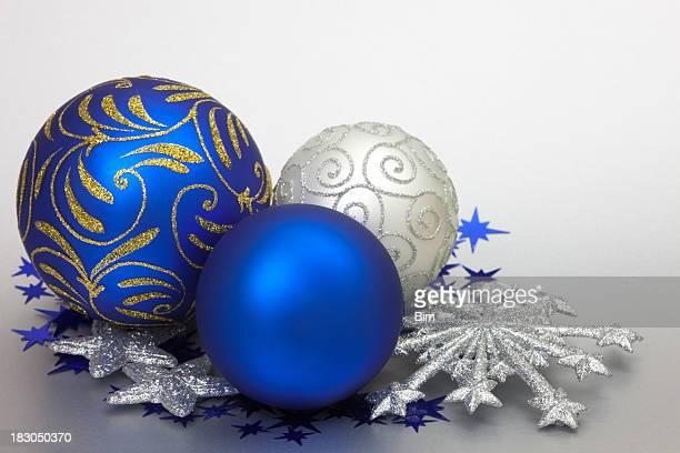 Weihnachten Kugeln und Sternen auf silbernem Hintergrund mit Copyspace