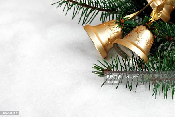 Campane di Natale con neve
