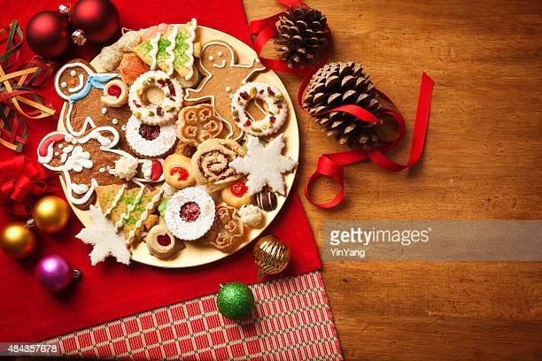 クリスマスクリスマスツリーのクッキーのプレートが、デザート、ジンジャーブレッドの雪の結晶