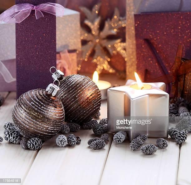 Weihnachtsdekoration mit Kerze, Glitzer Kugeln und Geschenk-Taschen