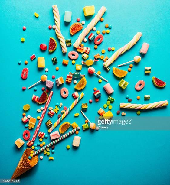 Weihnachtsdekoration mit Süßigkeiten, marshmellows, Lutscher und Pfefferminzbonbons