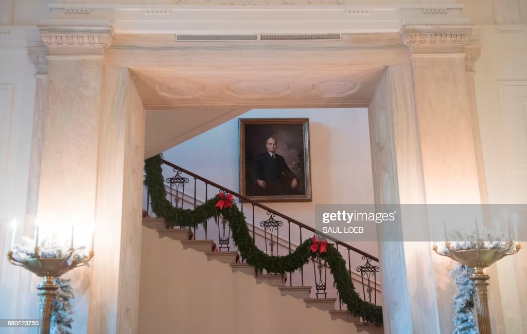 Christmas decorations are seen on the stairs leading to the private residence during a preview of holiday decorations at the White House in Washington, DC, November 27, 2017. /