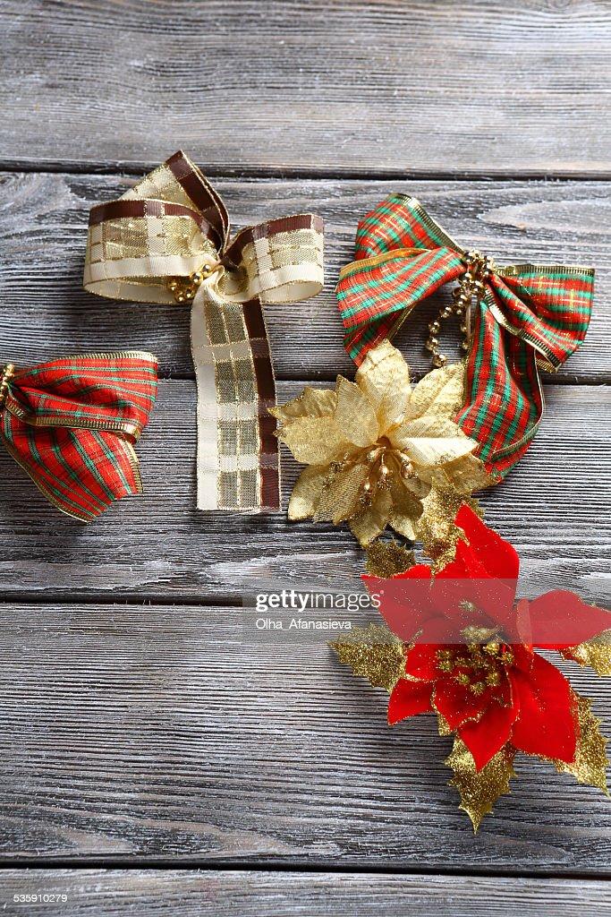 Decorações de natal em fundo de madeira : Foto de stock