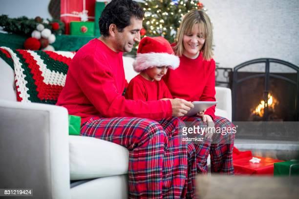 クリスマス多様な家族を使用してタブレット