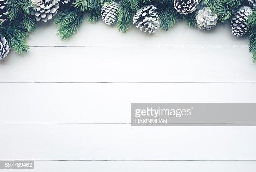 Weihnachten Tannenbaum mit Kiefer Zweig Dekoration auf weißem Holz. : Stock-Foto