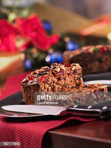 クリスマスのフルーツケーキカットにナイフ