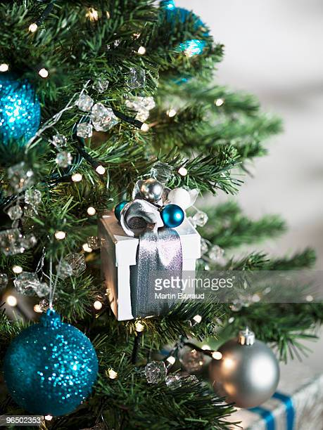 クリスマスギフト、オーナメントをクリスマスツリー