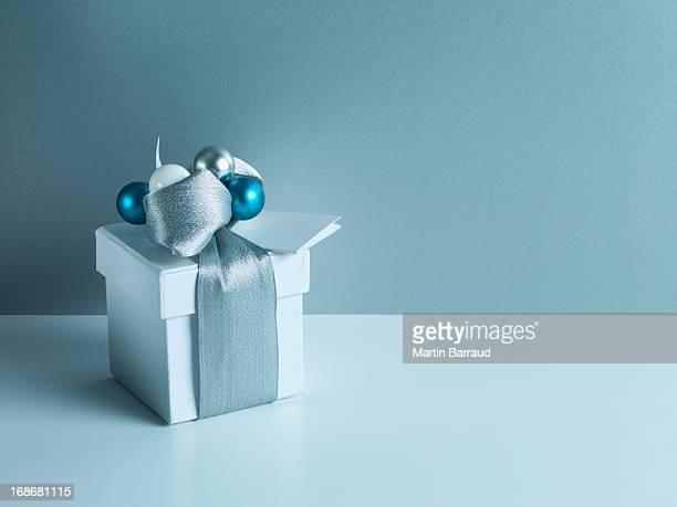 Cadeau de Noël argent avec ruban d'emballage et