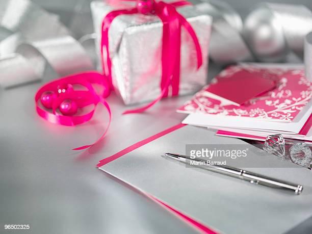 Weihnachtsgeschenke mit Band, Stift und Karte