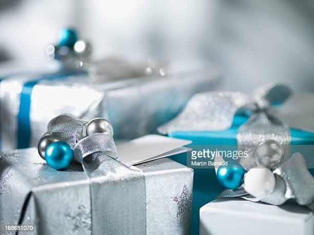 Regali di Natale argento con nastro