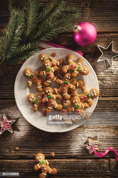 Biscuits de pain d'épice de Noël sur une table en bois.