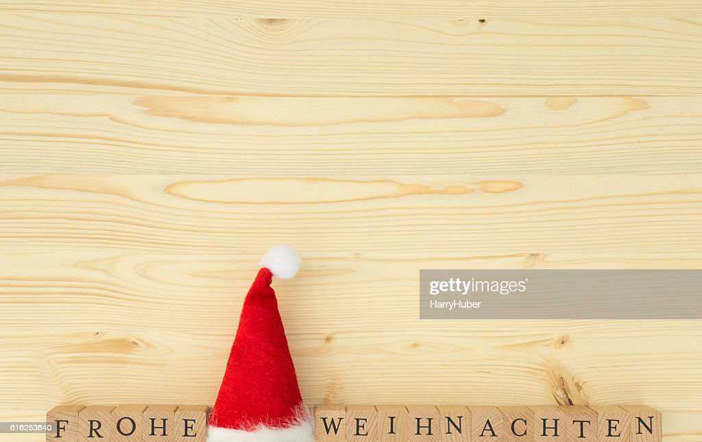 Christmas hat and the german words for Merry Christmas (Frohe Weihnachten) : Foto de stock