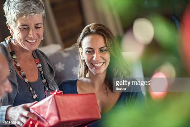 Weihnachten in mountain house: Familie, die Geschenke