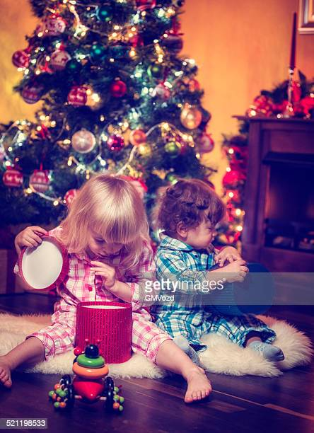 Natale con i bambini in pigiama presenta