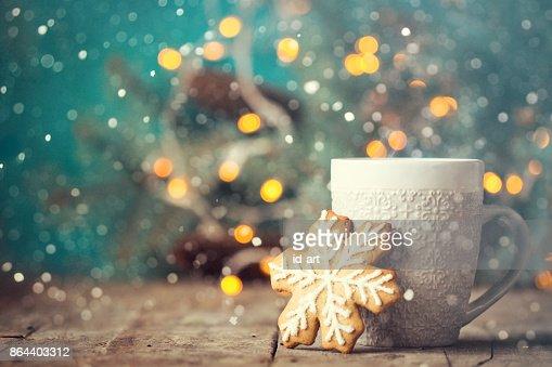 Weihnachten oder Silvester Komposition mit Kakao, Marshmallows, Lebkuchen und Weihnachtsschmuck : Stock-Foto