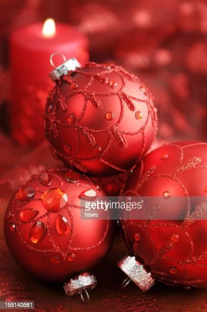 クリスマスの飾りと赤のテーブルクロスとキャンドル