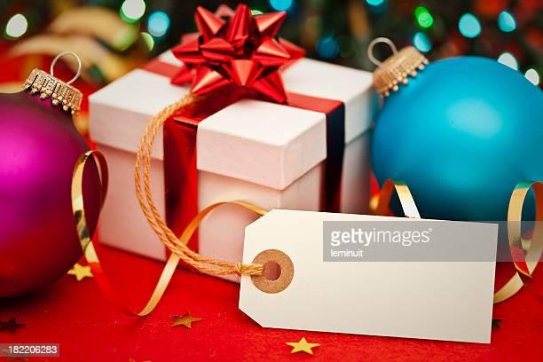 Cadeau de Noël et une étiquette vierge