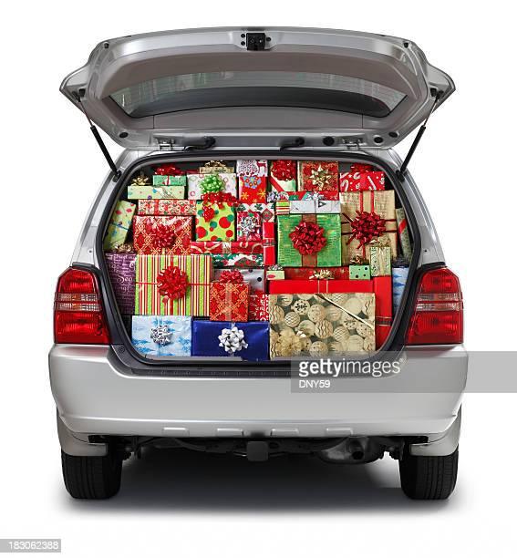 Cadeaux de Noël rempli en SUV isolé sur fond blanc