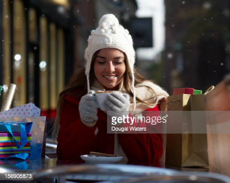 Christmas shopper holding cup of coffee. : Foto de stock