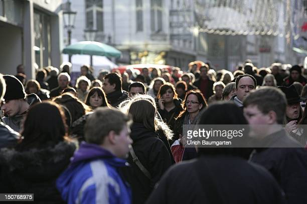GERMANY BONN Christmas shopping in the city centre of Bonn