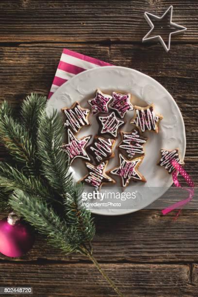 Biscuits de Noël étoiles sur une table en bois et aux moisissures.