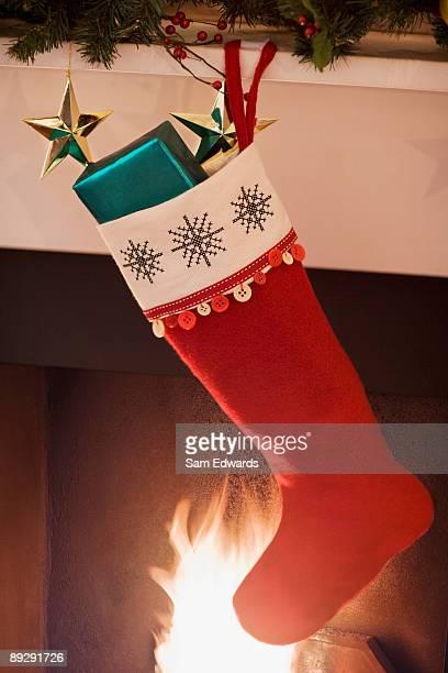 Chaussette de Noël suspendu à une cheminée mantel