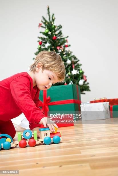 Natale bambini-giocando con il Suo regalo