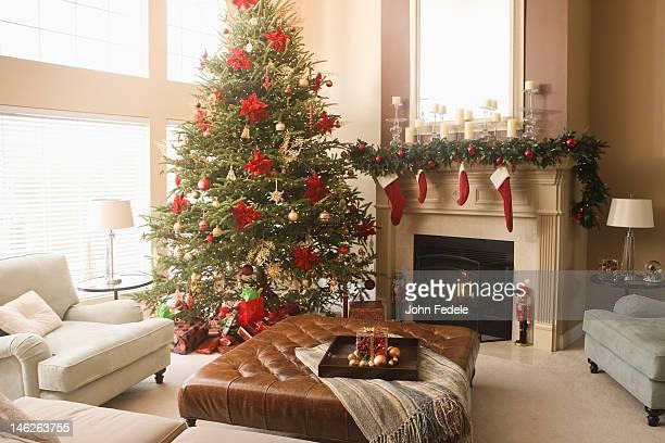 クリスマスツリーとリビングルームの装飾