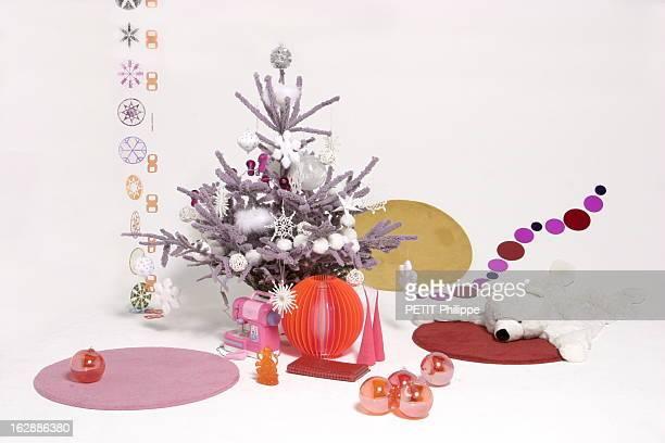 Christmas Tree And Decorations Les sapins de Noël le sapin très pop Sapin floqué Jardiland Boules argentées Maison de famille Boules plumes géantes...