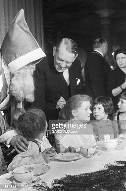 Christmas Tree At The Elysee With President Coty PARIS 29 décembre 1956 le président René COTY accueille à l'Elysée des enfants pour l'arbre de Noël...