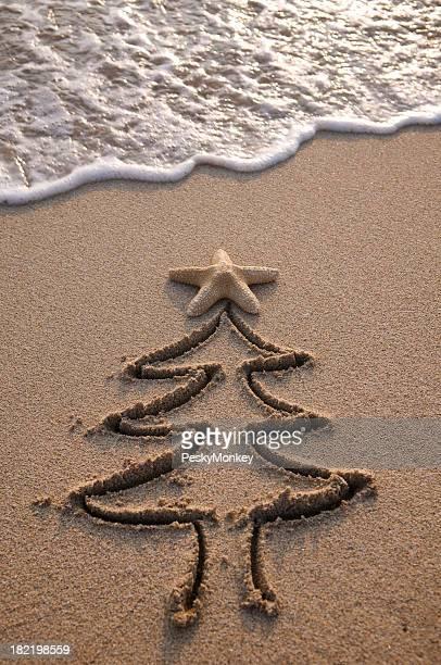 Arbre de Noël dans le sable et vagues
