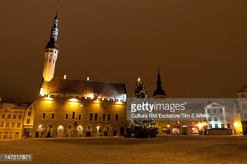 Christmas tree in snowy town square : Foto de stock