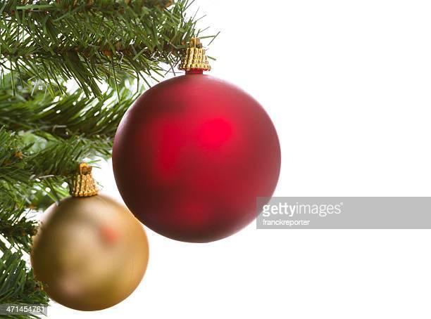 Sapin de Noël isolé sur blanc avec des décorations de