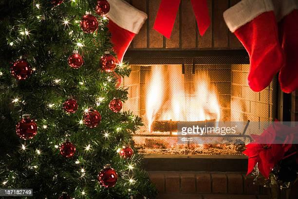 Weihnachtsbaum, Strümpfe, Ausstattung, um den gemütlichen Kamin mit lodernden Feuers