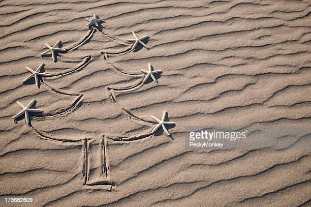 Sapin de Noël avec des décorations à motif étoile de mer de sable