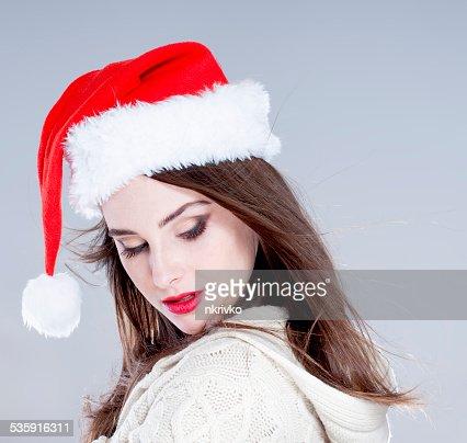 Mulher natal. Bela adorável Menina vestindo Chapéu do Pai Natal : Foto de stock