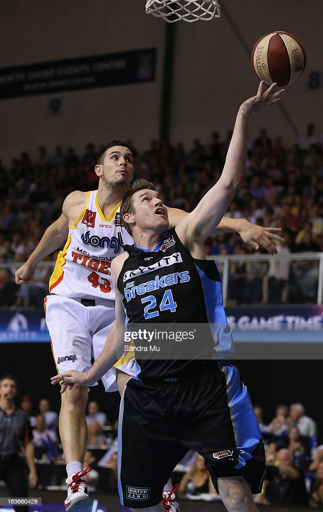 Christopher Goulding of the Tigers tries to block Dillon Boucher of the Breakers during the round 23 NBL match between the New Zealand Breakers and...
