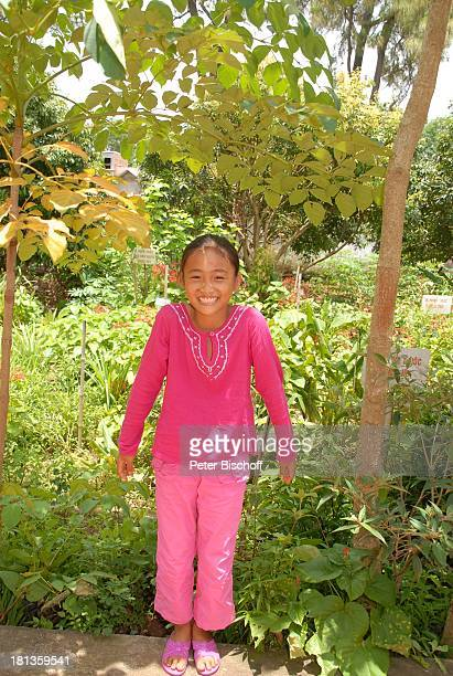 Chu Thi Yen Porträt 'Gesundheitszentrum' Tien Luc Vietnam Asien rosa Anzug ist Geschenk von ML M a r j a n Ganzkörper Kind vietnamesisches Mädchen...