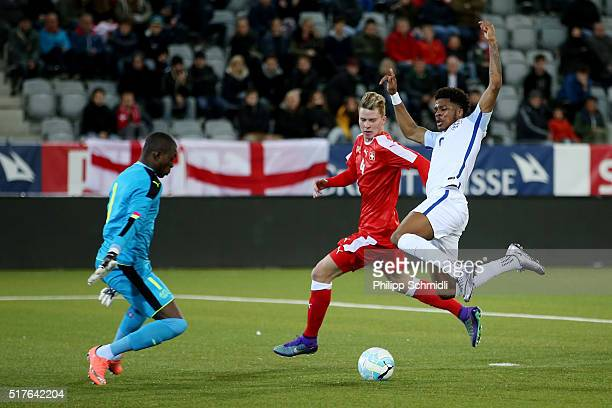 Chuba Akpom of England U21 misses a chance at goal against goalkeeper Yvon Mvogo of Switzerland U21 and Nico Elvedi during the European Under 21...