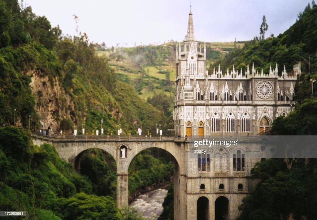 自然の中にそびえ立つコロンビアの教会