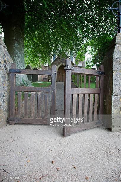 Cimetière gates légèrement ouvert
